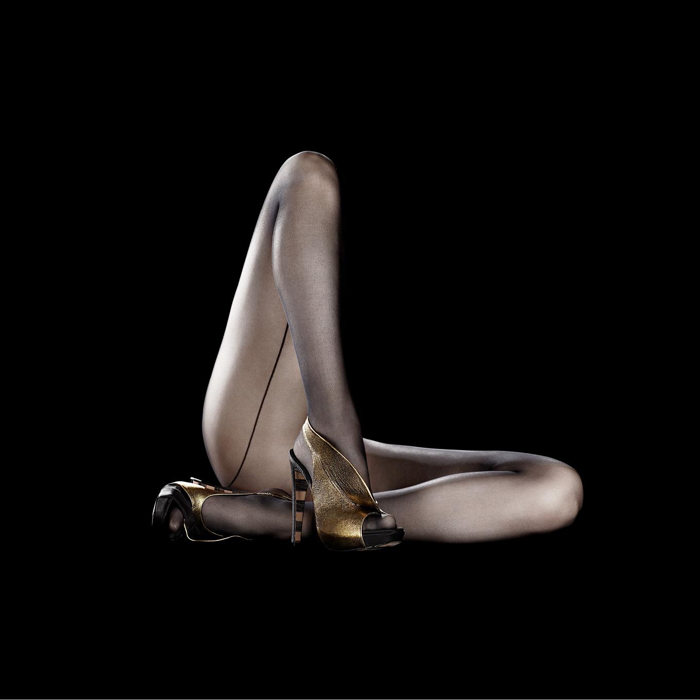 Corps sculpture -linda bujoli - corps sculpture - photographie de nu féminin - masculin - corps - véhicule de notre condition humaine - corps et trésor - iconique nu - exposition sur le corps - symbolique du corps - objet de désir -Corps féminin lumière - corps sculpture - corps objet - Georgina Goodman - portrait d'une créatrice de chaussure - londres- chaussure portée - corps féminin -lumière du corps - accessoire