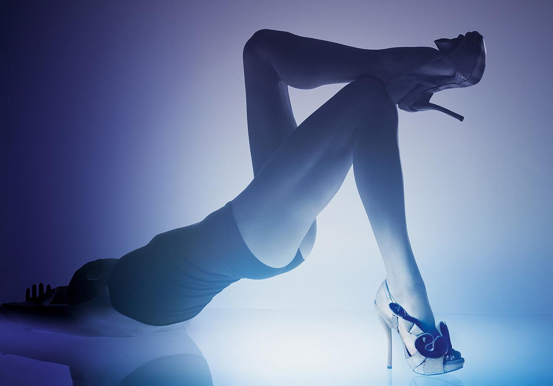 série corps prisme de lumière - Corps féminin lumière - corps sculpture - corps objet - Georgina Goodman - portrait d'une créatrice de chaussure - londres- chaussure portée - corps féminin -lumière du corps - accessoire