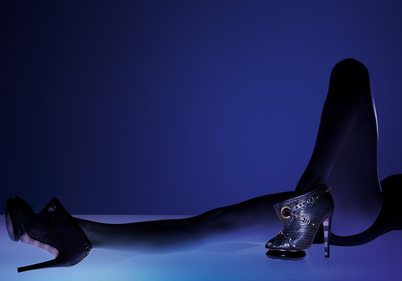 corps fragmenté - photographie danseur opéra Garnier - série corps prisme de lumière - Corps féminin lumière - corps sculpture - corps objet - Georgina Goodman - portrait d'une créatrice de chaussure - londres- chaussure portée - corps féminin -lumière du corps - accessoire