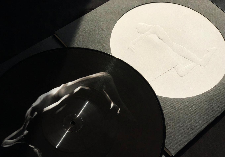 éternel féminin photographie argentique -sculpture musicale - éternel féminin photographie argentique - Land Me - Groupe imprimerie nationale - atelier du livre d'art et de l'estampe - groupe de musique AIR - Nicolas godin - jean-benoit dunckel - livre-objet - exposition - le corps féminin - poésie pluri-sensorielle -